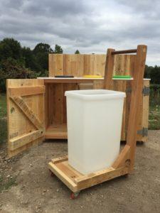 Chariot en bois de palette, adapté aux poubelles de 50l de la table de tri